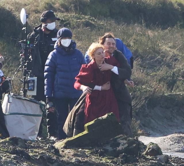 画像1: トム・ヒドルストン、崖の上で演技をこなす