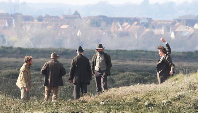画像9: トム・ヒドルストン、崖の上で演技をこなす