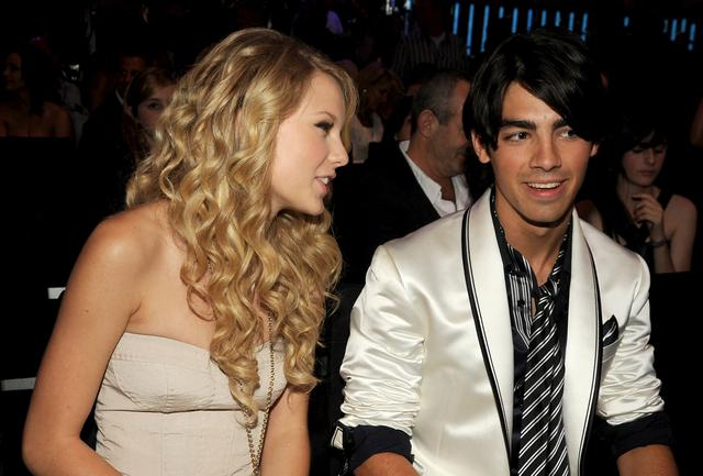 画像: 2008年7月、並んでMTV ビデオ・ミュージック・アワードに出席したテイラーとジョー。