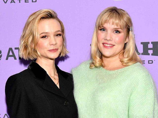 画像: 主演のキャリー・マリガン(左)と並ぶエメラルド・フェネル。