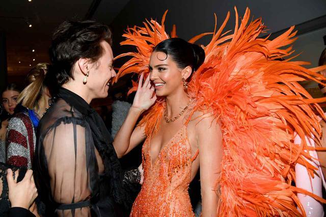 画像: 2019年に開催されたファッションの祭典メットガラ(Met Gala)の会場で談笑するハリー・スタイルズとケンダル・ジェンナー。