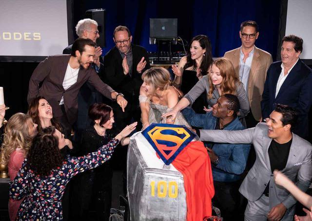 画像: 『SUPERGIRL/スーパーガール』100話達成イベントでのキャストたち。