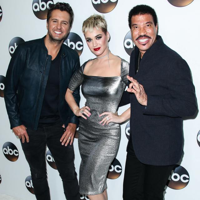 画像: ケイティ・ペリー(中央)。同じく『アメリカン・アイドル』の審査員を務めるライオネル・リッチー&ルーク・ブライアンと。