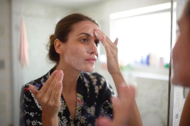 画像: オイリー肌:ジェルタイプの洗顔料