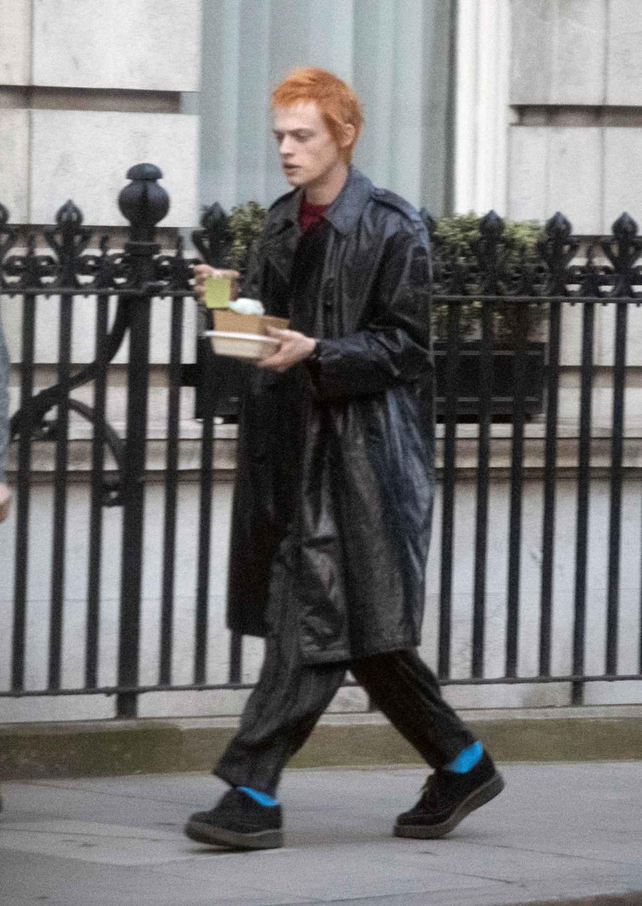 画像: ジョニー・ロットン(ジョン・ライドン)役のアンソン・ブーンは赤毛に変身。
