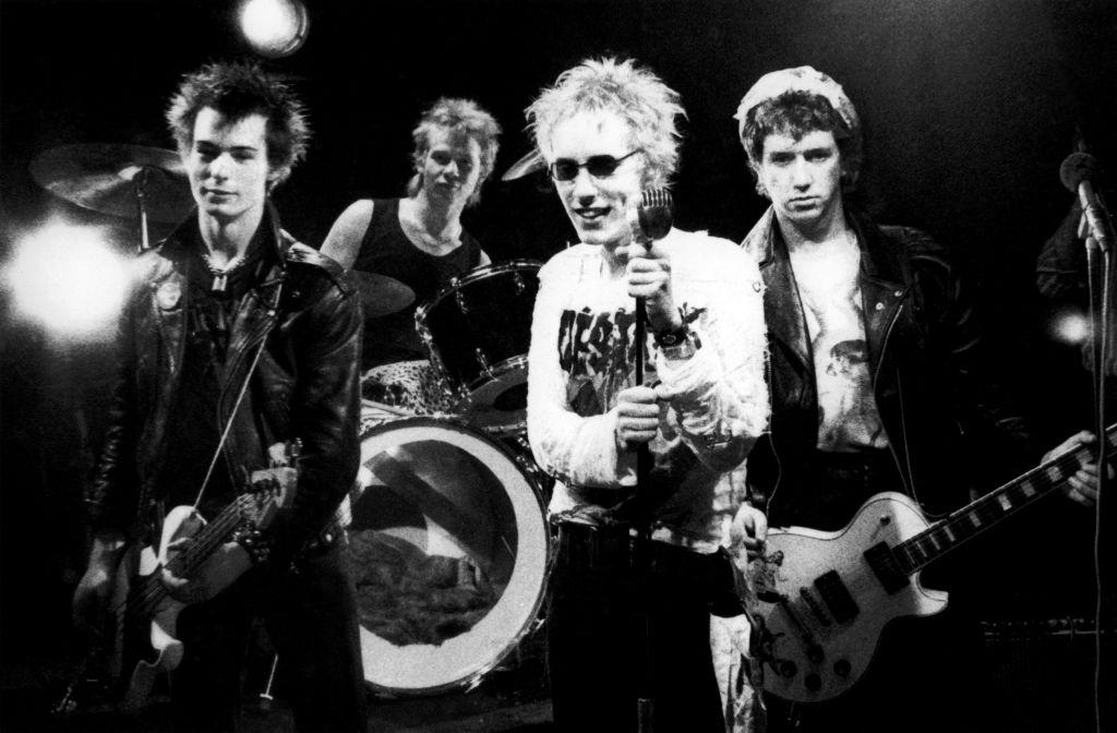 画像: セックス・ピストルズ(Sex Pistols)。左から:シド・ヴィシャス、ポール・クック、ジョニー・ロットン(ジョン・ライドン)、スティーヴ・ジョーンズ。