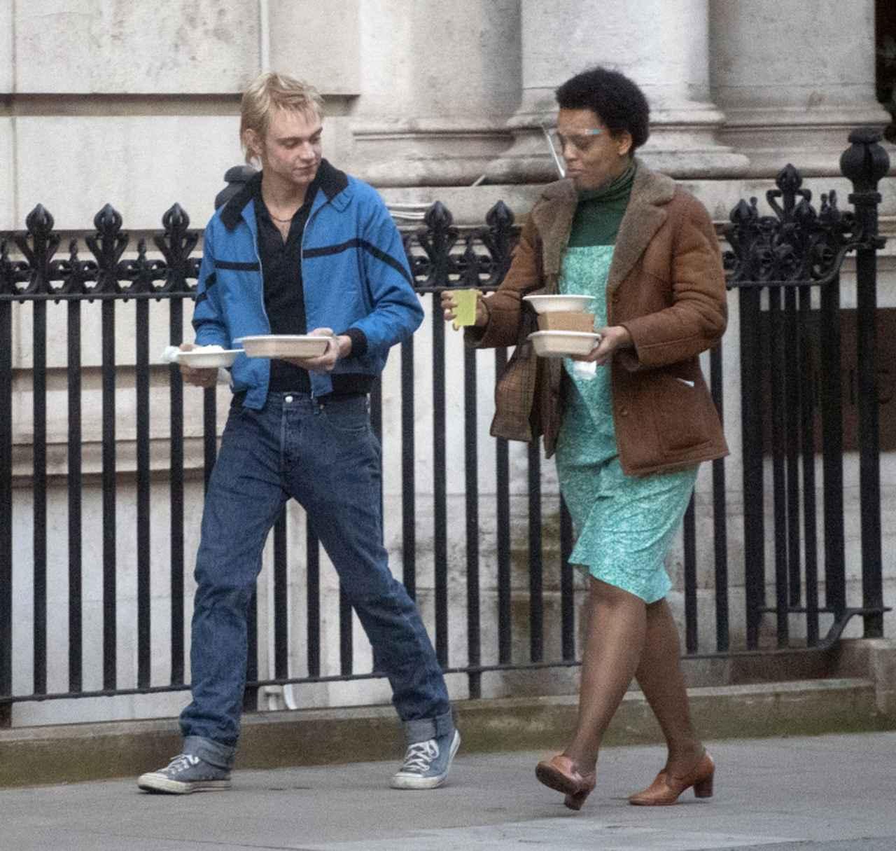 画像: ポール・クック役のジェイコブ・スレーターの髪はプラチナムブロンドに。スポーティーなブルーのジャケットに同系色のコンバースを合わせて。