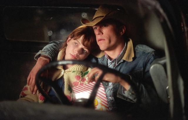 画像: 『ブロークバック・マウンテン』で共演したヒースとミシェル・ウィリアムズは、その後婚約した。2人の間には子供が1人いる。 ⒸUNIVERSAL STUDIOS / FRENCH, KIMBERLY