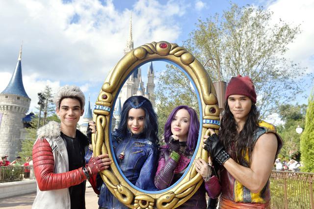 画像: (左から)『ディセンダント』シリーズでメインキャラクターの4人を演じたキャメロン・ボイス、ソフィア・カーソン、ダヴ、ブーブー・スチュワート。