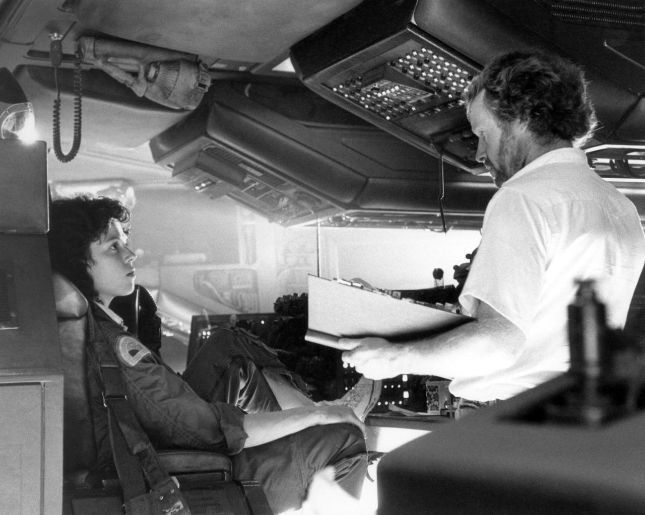 画像: 撮影現場でのシガニー・ウィーバーとリドリー・スコット監督。
