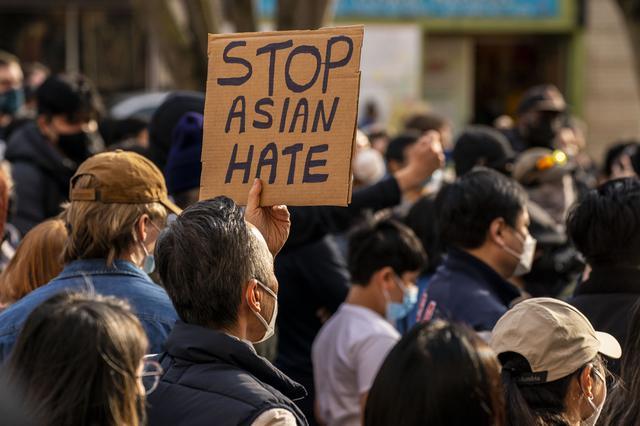 画像: リアーナがアジア人差別に抗議するデモに参加