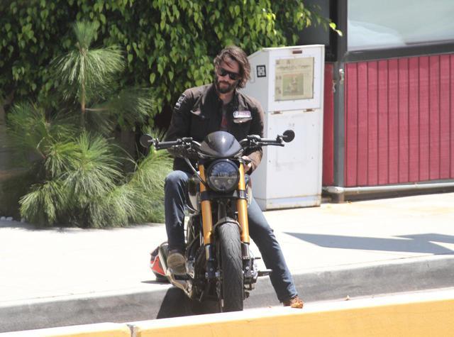 画像: バイクを楽しむキアヌ・リーブス。