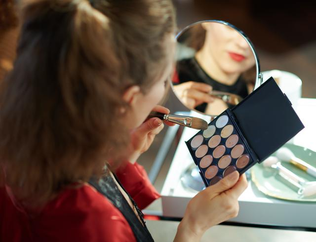画像: まっすぐ鏡を見て塗る