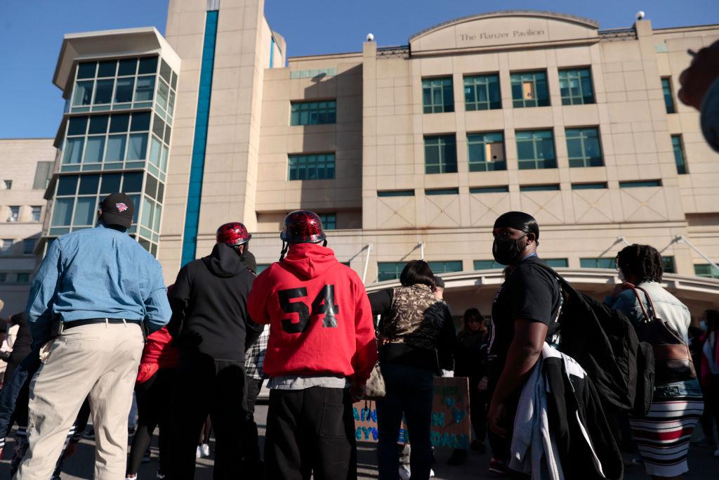 画像: 病院前に集まったファンたち。