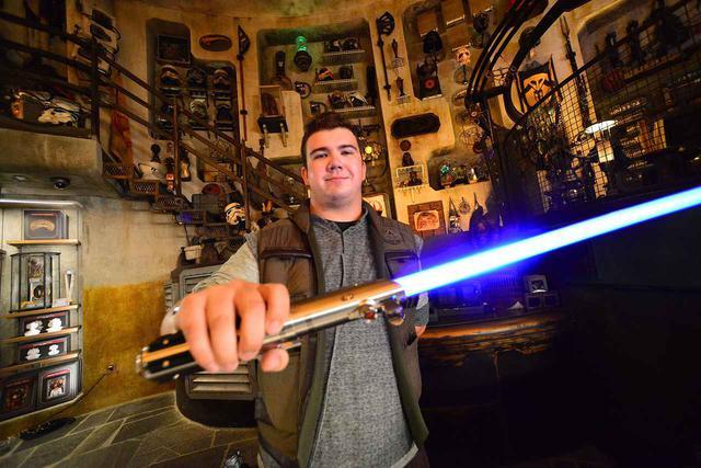 """画像: ディズニーランドのキャストが手に持っているのは""""従来""""のライトセーバー。"""