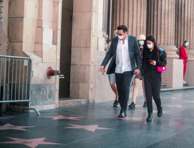 画像4: ハリウッドの有名観光地で自分の名前が刻まれた「星形」を探す