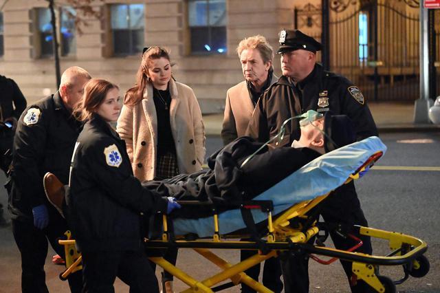 画像: 今年3月、ニューヨーク市内で『Only Murders In The Building』の撮影を行なっているところを目撃されたセレーナ・ゴメス、マーティン・ショート(セレーナの右隣)、スティーヴ・マーティン(救急搬送用のストレッチャーの上)の3人。