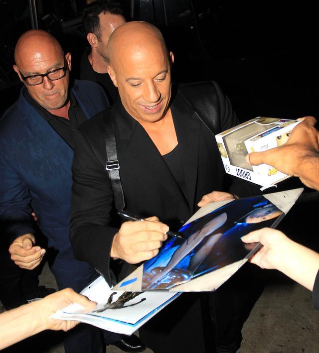 画像: 2020年3月、ロサンゼルスでファンへのサインに応じるヴィン。