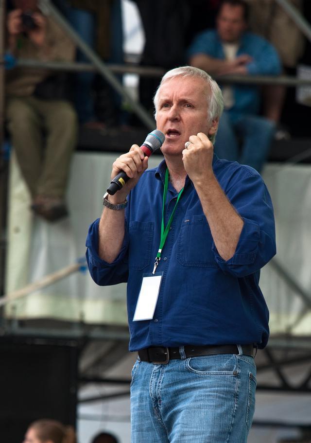 画像: アースデイのイベントでマイクを持って環境問題について訴えかけるジェームズ・キャメロン監督。