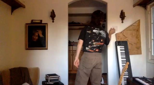 画像: 取材中に着ていたこちらのTシャツはガールフレンドに借りたものだそう。