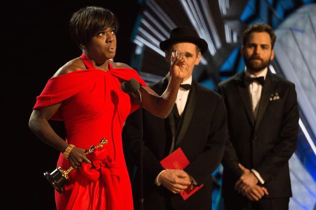 画像: 2016年の映画『フェンス』でアカデミー賞助演女優賞を受賞したときには、ジャジャ役とジジ役を一緒に演じたきょうだいにスピーチで感謝した。