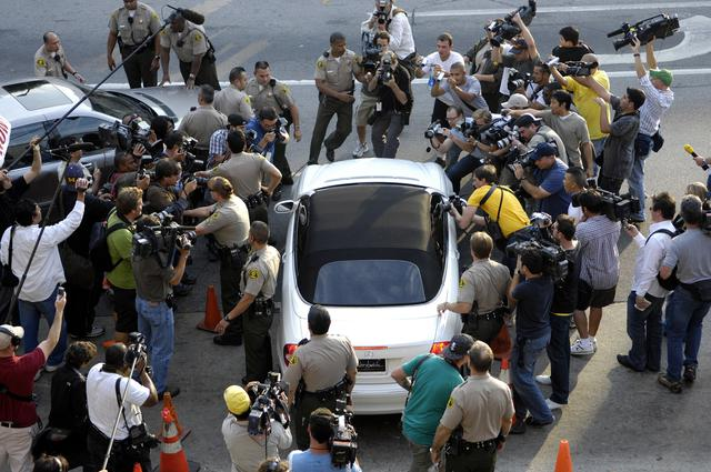 画像: 2007年10月、パパラッチに取り囲まれるブリトニー・スピアーズの乗った車。