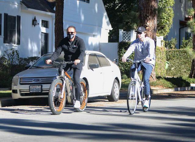 画像: 自転車に乗って出かけるアーノルドとパトリック。