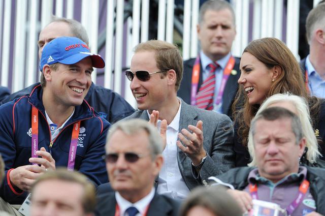 画像: 2012年に開催されたロンドンオリンピックでウィリアム王子&キャサリン妃夫妻と一緒に馬術競技を観戦するフィリップス氏(写真左)。