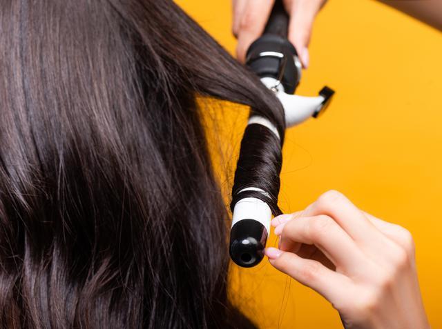 画像: 長い髪:コテを床と平行にしてキープ