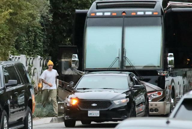 画像2: ジャスティン・ビーバーが豪華バスの中を案内