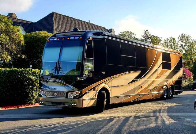画像1: ジャスティン・ビーバーが豪華バスの中を案内