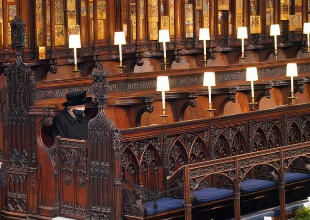 画像: エリザベス女王が夫フィリップ王配の葬儀に参列