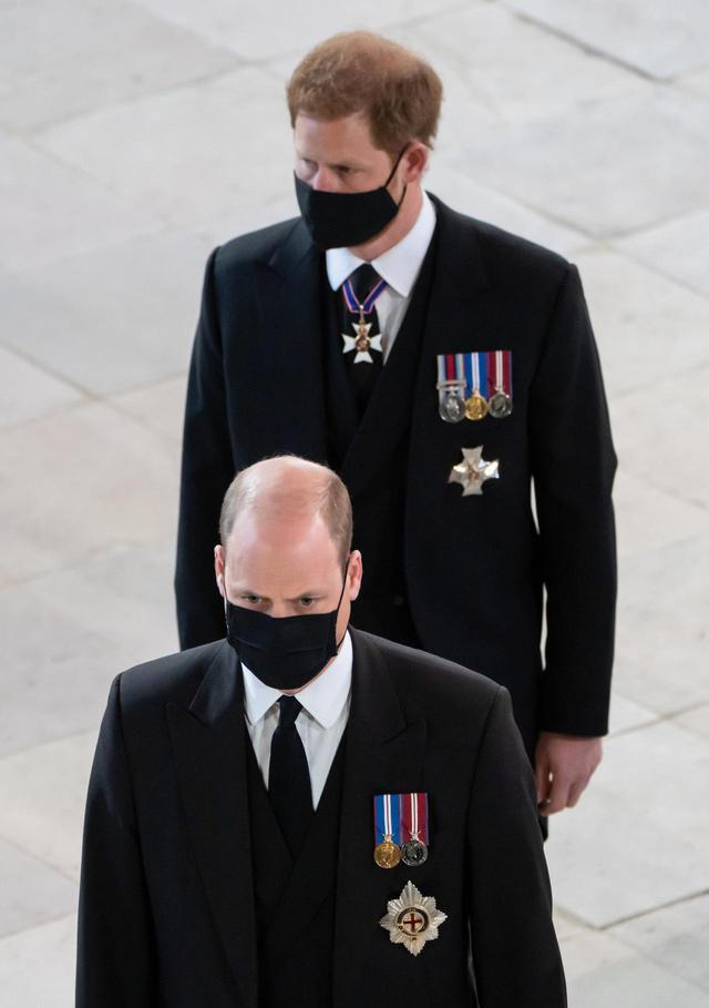 画像: フィリップ王配の葬儀に出席したウィリアム王子(前)とヘンリー王子(後)。