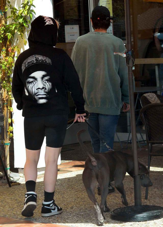 画像6: ビリー・アイリッシュが俳優と一緒に犬の散歩へ