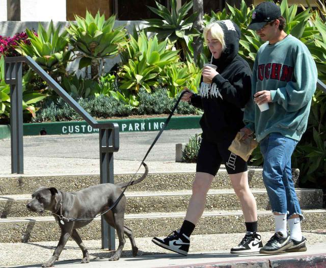 画像5: ビリー・アイリッシュが俳優と一緒に犬の散歩へ