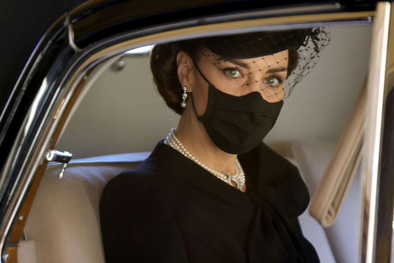 画像2: キャサリン妃がつけていたパールのネックレスはじつは…