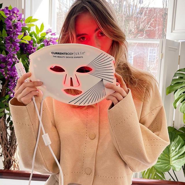 画像2: 父は美肌の専門家!スキ・ウォーターハウスが CurrentBody Skin LEDライトセラピーマスク を推す理由