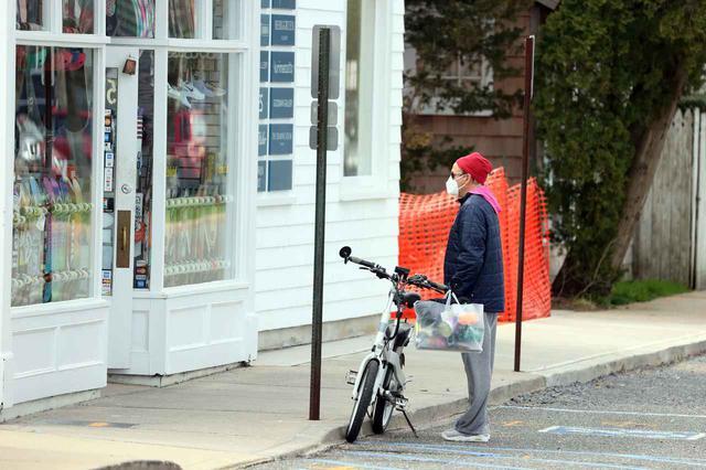 画像: こちらは、サイクリング中に小休止し、スケートボードやスニーカーが売られた店内を見つめるロバート。