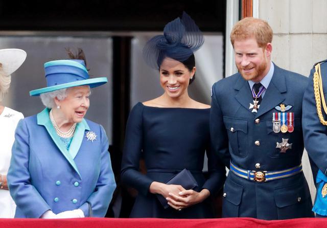 画像: 左からエリザベス女王、メーガン妃、ヘンリー王子。