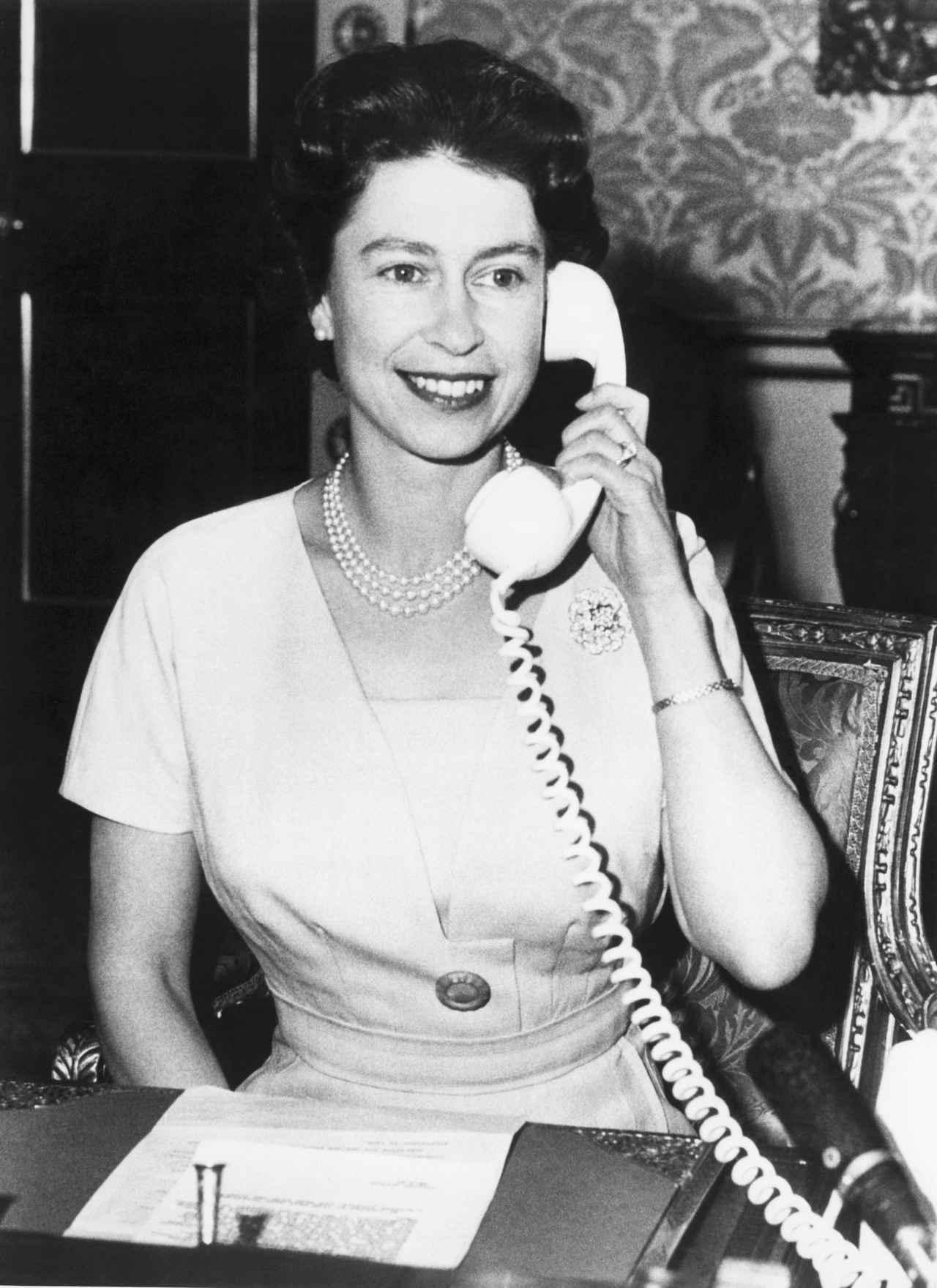 画像: 電話をするエリザベス女王(1961年撮影)