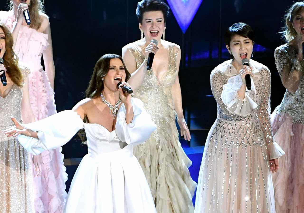 画像: 第92回アカデミー賞授賞式でパフォーマンスを披露するイディナ・メンゼル(左)と松たか子(右)。