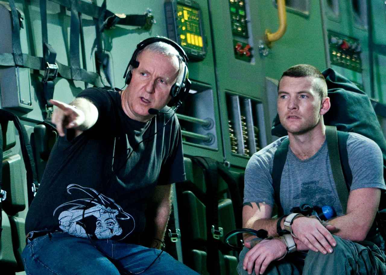 画像: 2009年『アバター』の主演サム・ワーシントン(右)と話すジェームズ・キャメロン監督。