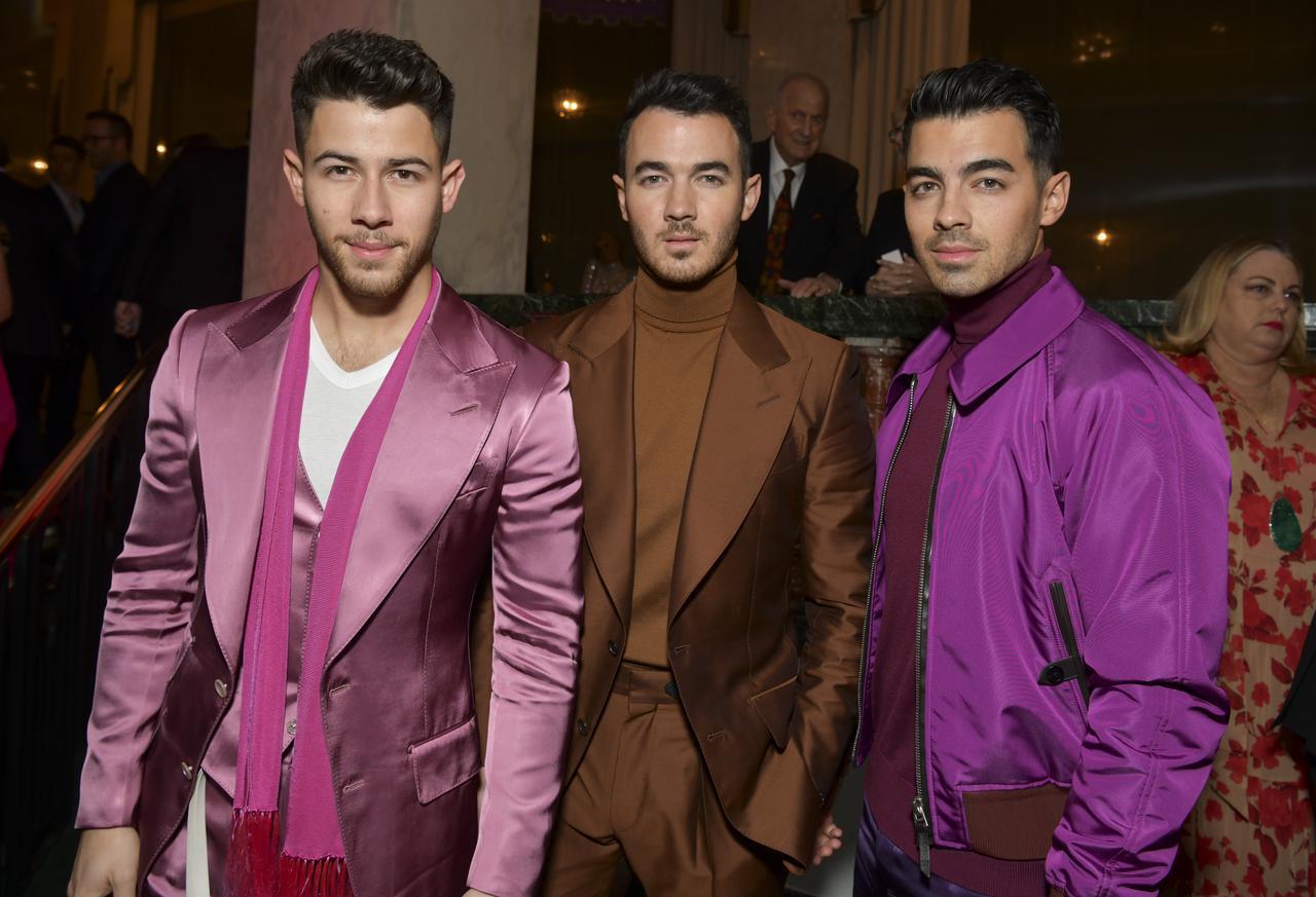 画像: (左から)三男ニック、長男ケビン、次男ジョー。