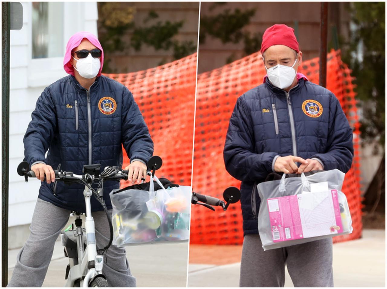 """画像: ロバート・""""バービー""""・Jr.!? アイアンマン役が自転車でバービー人形を買いにお出かけ - フロントロウ -海外セレブ情報を発信"""