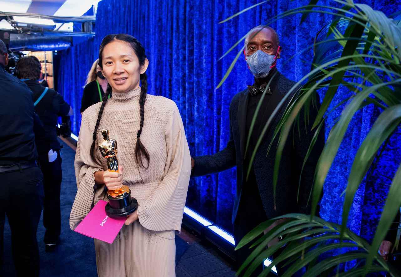 画像: クロエ・ジャオ監督の背後に…