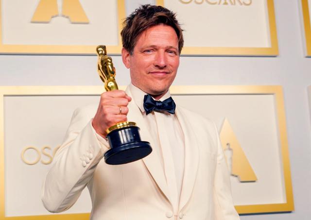 画像: トーマス・ヴィンターベア監督。国際長編映画賞を受賞した第93回アカデミー賞授賞式のプレスルームにて。