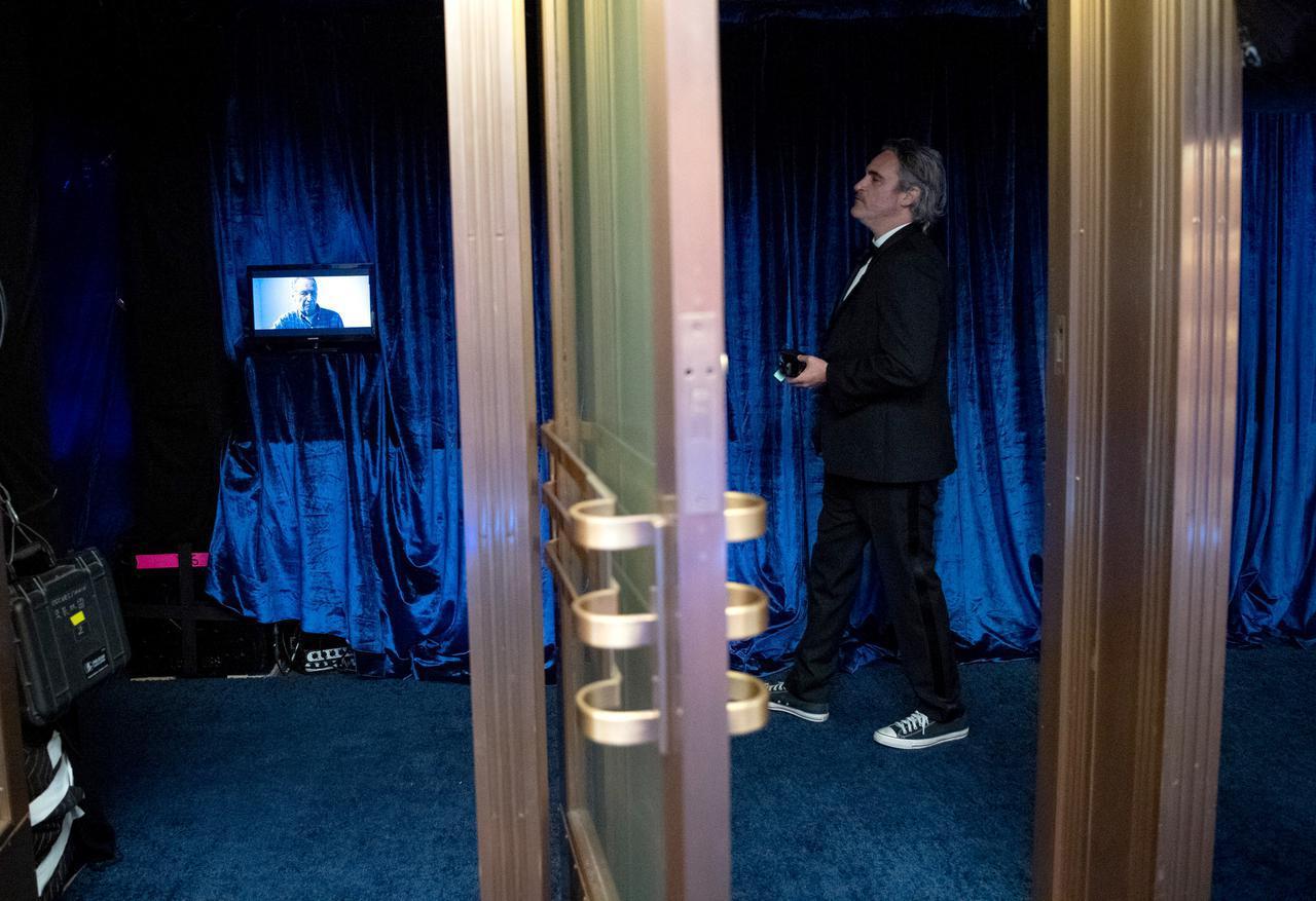 画像: 立ってるだけで絵になるホアキン・フェニックス