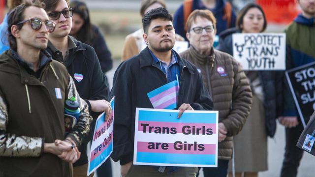 画像: 2020年にアイダホ州で行なわれた、トランスジェンダーの若い女性を応援するための集会。