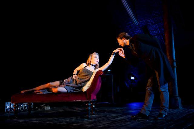 画像: パートナーのデヴィッドとの出会いも2017年の舞台『Venus In Fur』がきっかけ。