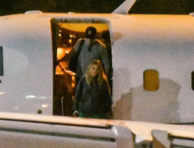 画像: クリスやマットと同じプライベートジェットでシドニーに降り立ったリタ。